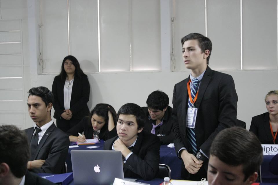 Delegados en debate RogersMUN