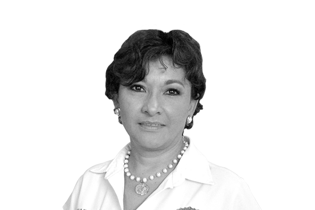 Lilia Fuente directora de preparatoria en el rogers hall